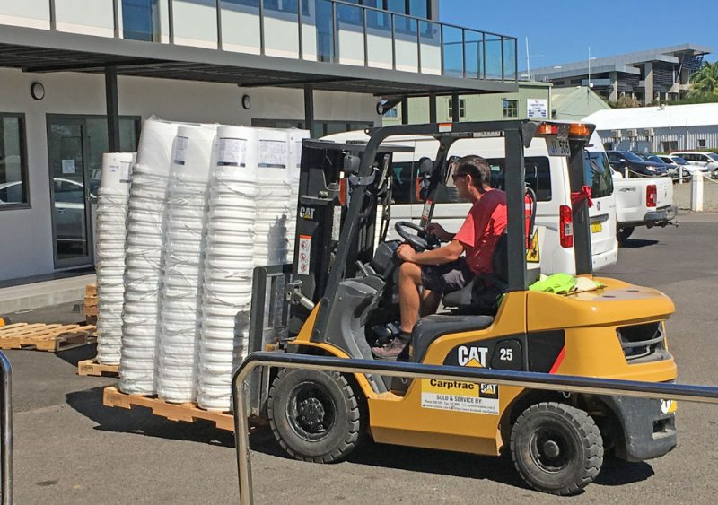 Forklift with paletted buckets
