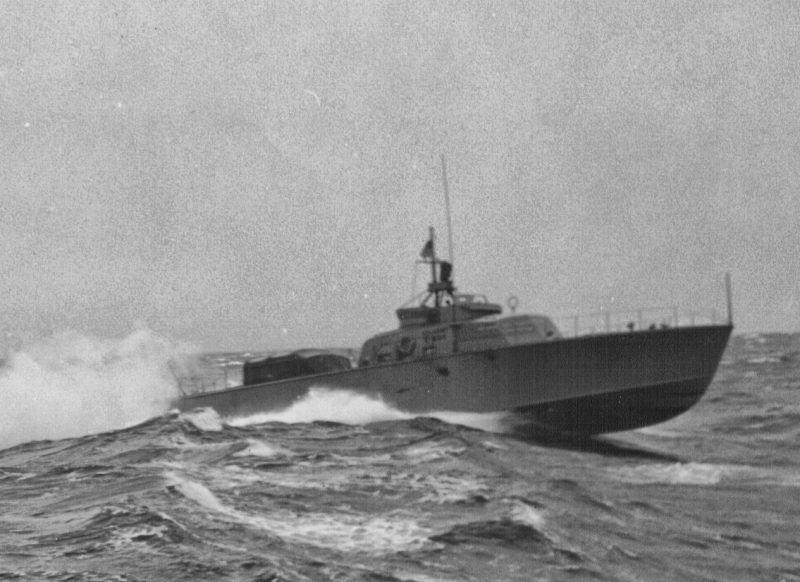 A ARS-85 cuts across the waves