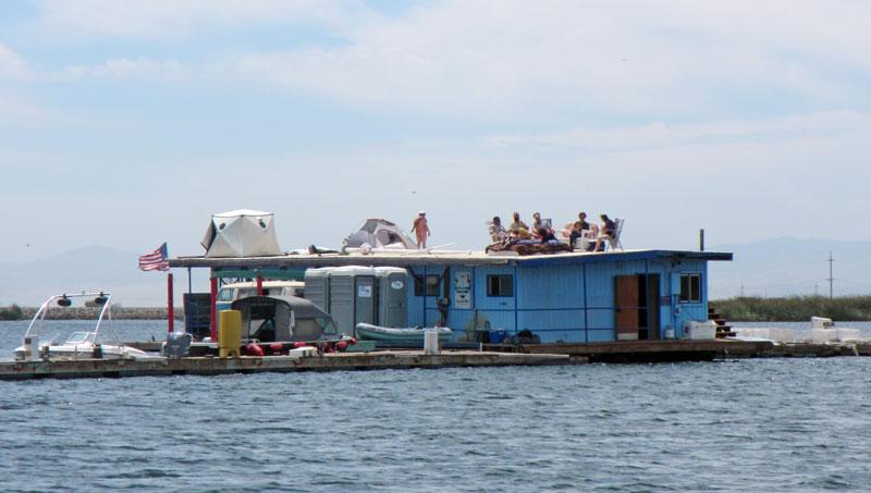 Houseboat raft-up