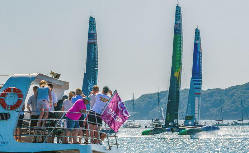 Spectators cheer on top 3 boats